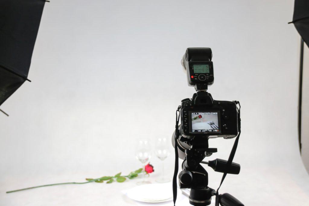Fotocamera in studio met belichting